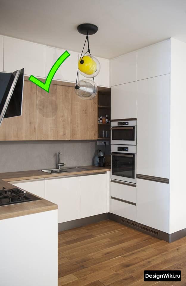 Белая кухня с деревянной столешницей и полом