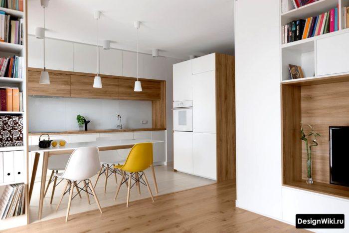 Белая кухня с деревянной столешницей и ящиками до потолка