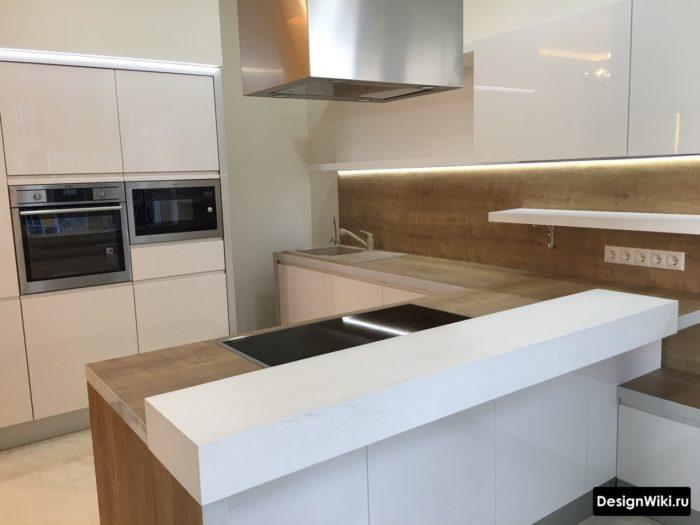Белая кухня с деревянной столешницей, фартуком и островом