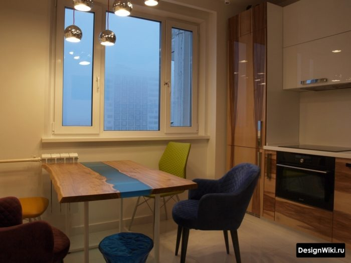 Белая кухня с деревянно-стеклянным столом