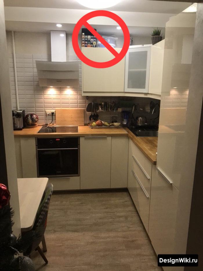 Белая кухня с многополосной деревянной столешницей