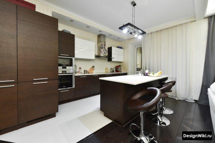 Белая однородная плитка для пола кухни