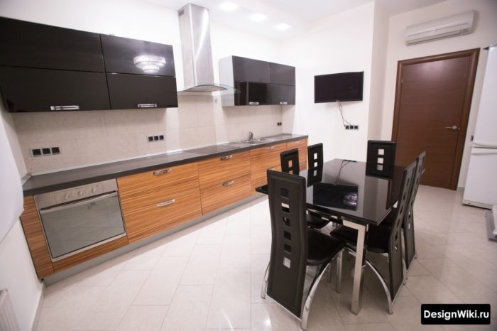 Белая прямоугольная плитка с серой затиркой на кухне