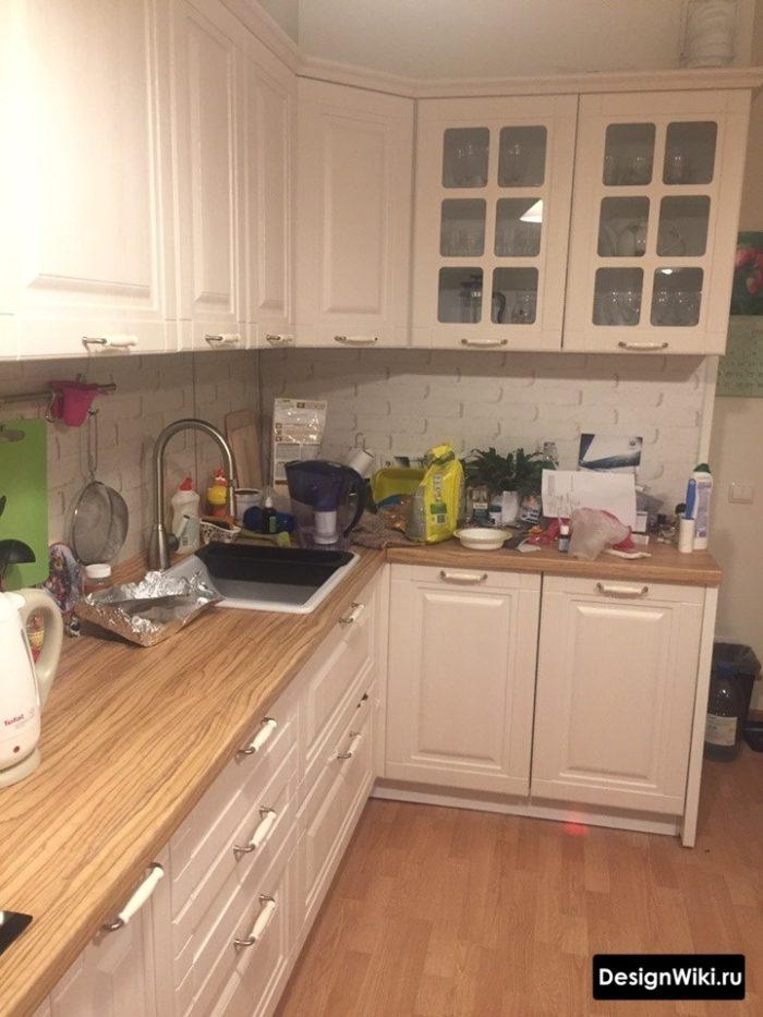 Белые матовые фасады и деревянная столешница на кухне в классическом стиле