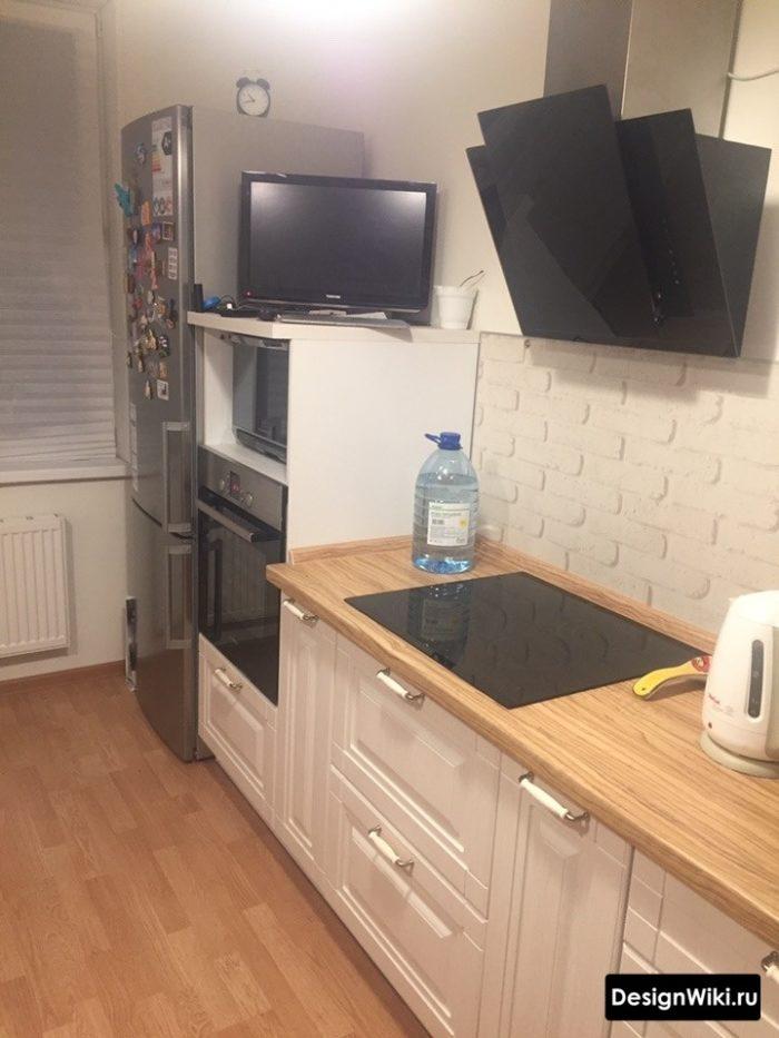 Белые фасады с фрезеровкой и деревянная столешница на кухне