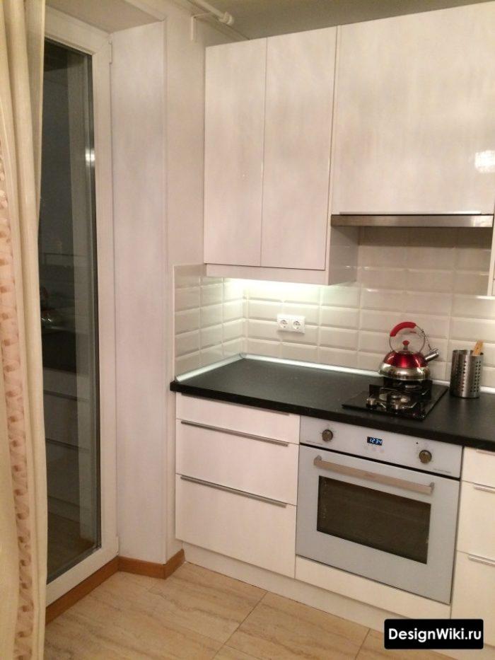 Белый глянцевый кухонный гарнитур без ручек