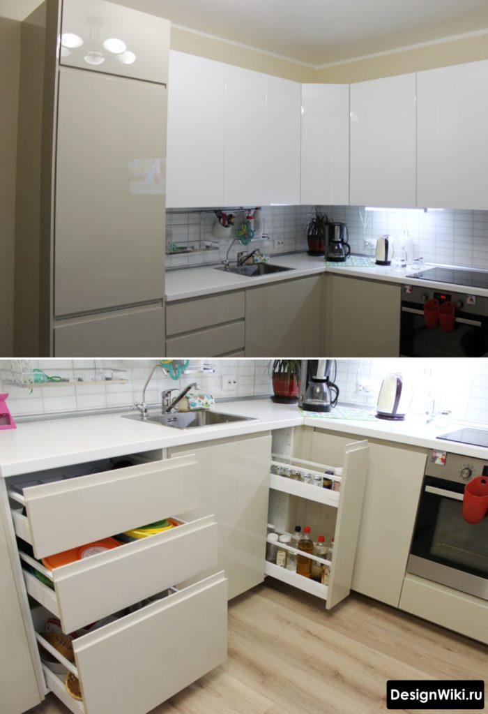 Выдвижная фурнитура в маленькой белой глянцевой кухне