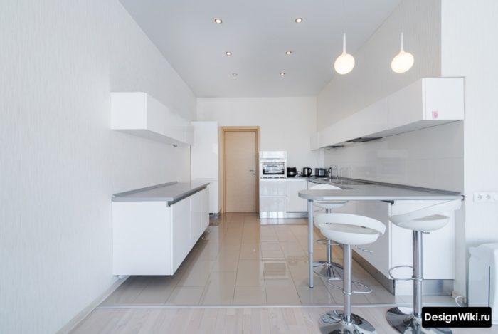 Глянцевая белая плитка для пола кухни с серой затиркой