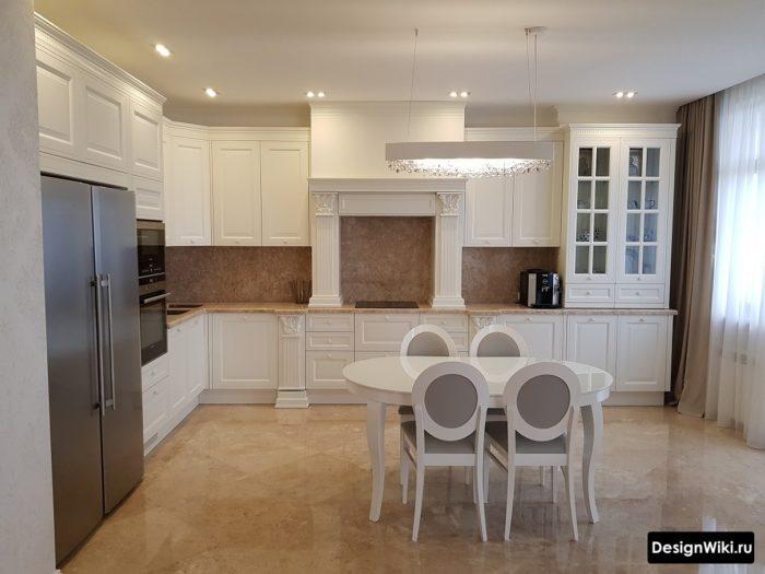 Глянцевая квадратная плитка под камень на полу кухни в классическом стиле