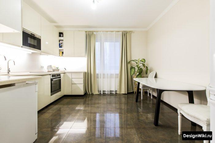 Глянцевая плитка под коричневый мрамор на полу кухни в стиле неоклассика