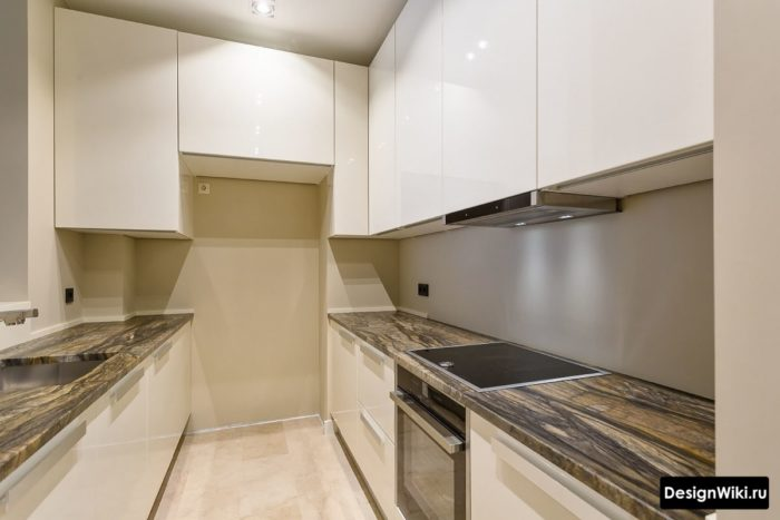 Два параллельных прямых белых кухонных гарнитура для маленькой кухни