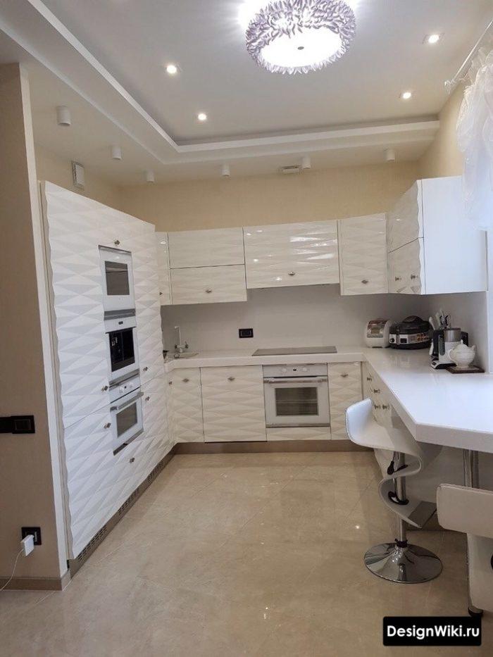 Диагональная укладка большой квадртной плитки на полу кухни