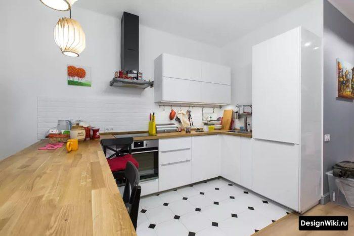 Дизайн пола кухни с черно-белой плиткой