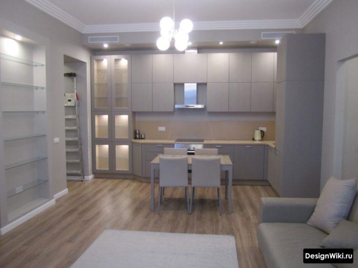 Если кухня без двери и в остальной квартире ламинат - он и на кухне