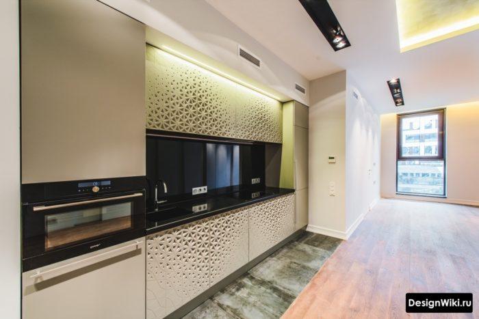 Зона возле шкафов кухни шириной в одну плитку