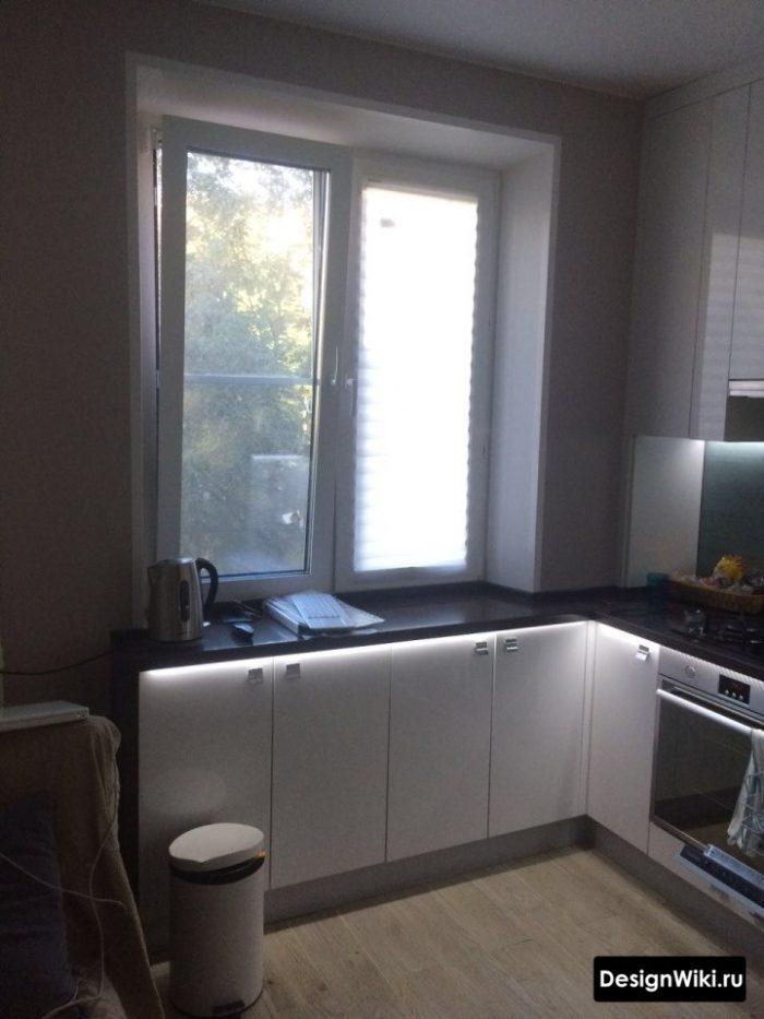 Интересная идея мебели под окном в кухне в хрущевке