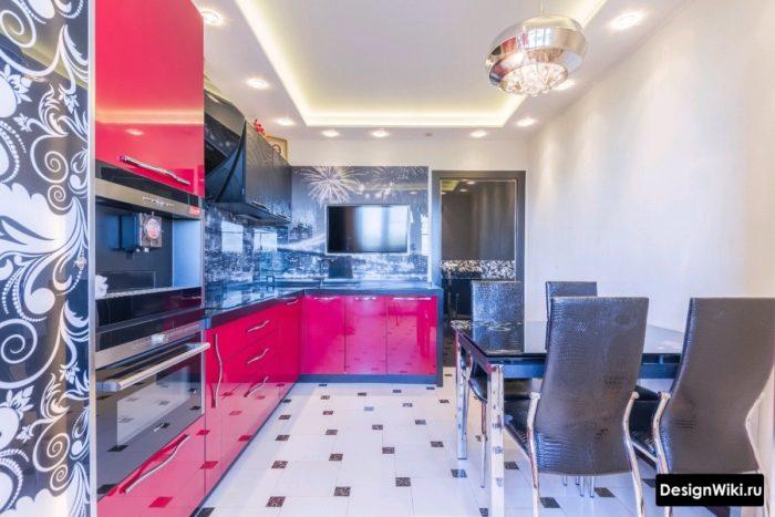 Квадратная плитка с декором на полу кухни