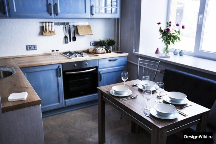 Красивый интерьер маленькой синей кухни