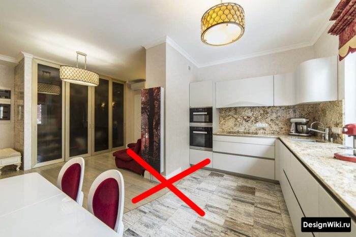 Круглый стык плитки и ламината между кухней и прихожей