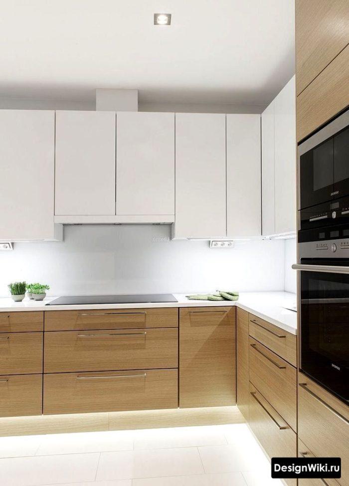 Кухня белая с деревом и белой столешницей