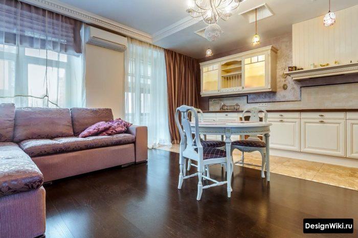Кухня-гостиная в классическом стиле с комбинированным полом из паркета и плитки