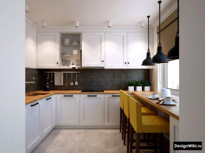 Кухня из белого массива дерева с деревянной столешницей и подоконником