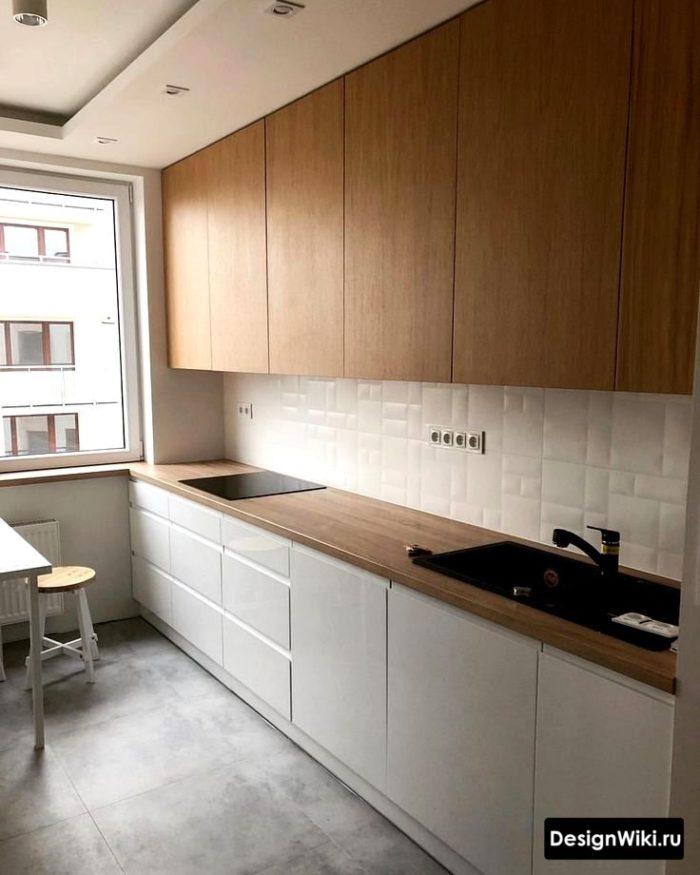 Кухня с белыми шкафами снизу и деревянной столешницей и верхом