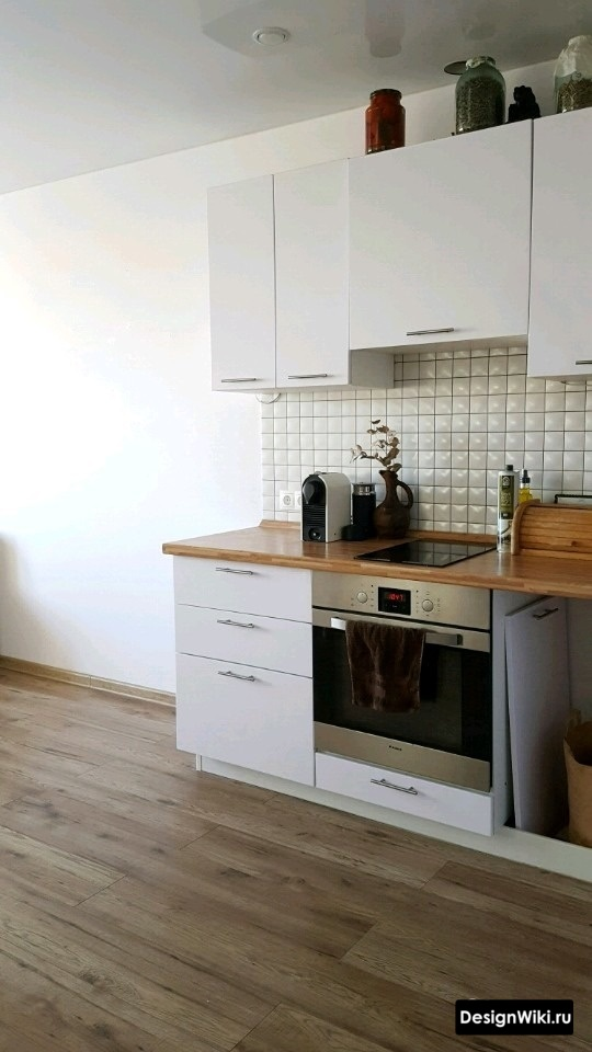Ламинат на полу кухни в студии