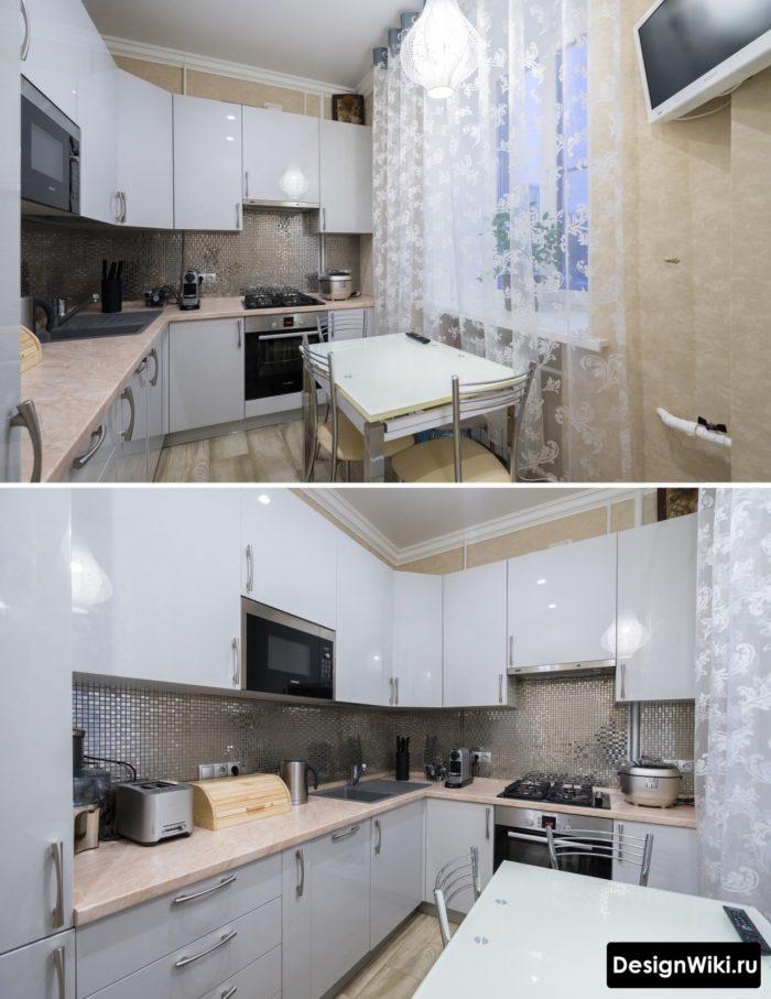 Маленькая серая глянцевая кухня с фартуком из зеркальной мозаики