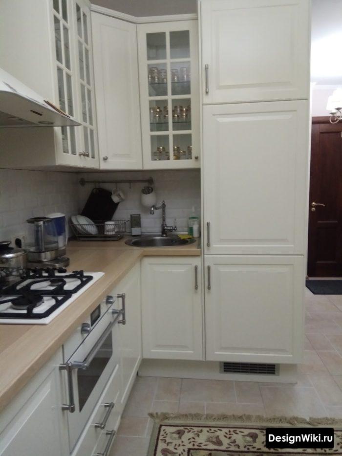 Молочно-белая кухня с деревянной столешницей
