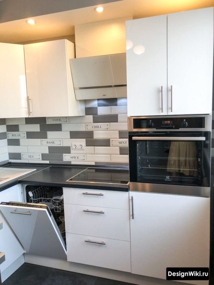 Недорогой белый глянцевый кухонный гарнитур фото в интерьере