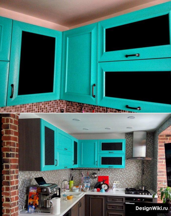 Непрозрачные черные вставки в голубые верхние фасады малогабаритной кухни