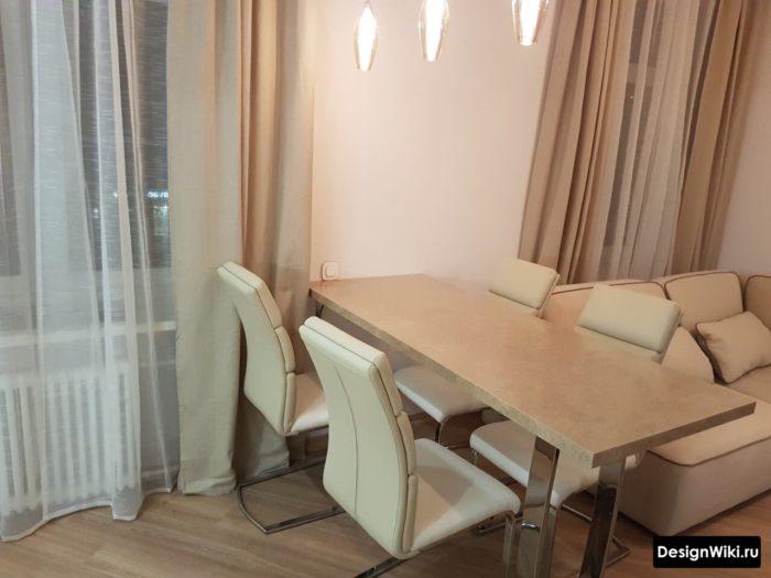 Обеденный стол в середине кухни-гостиной