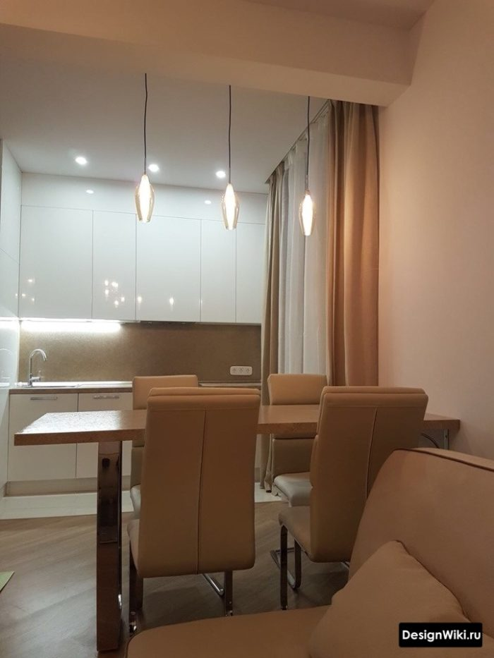 Обеденный стол для зонирования кухни совмещенной с гостиной