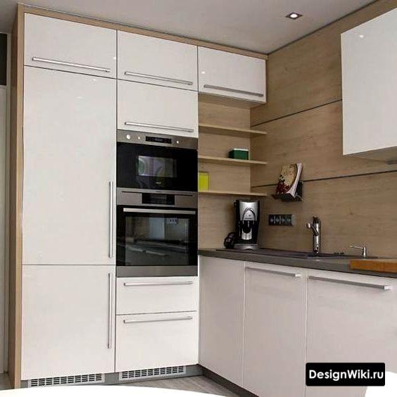 Отделка стены белой кухни деревянными панелями