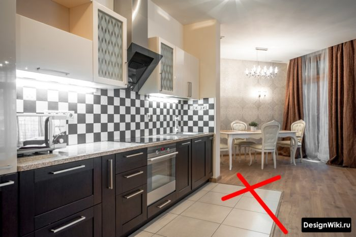 Плитка на кухне в зоне шкафов и переход на ламинат