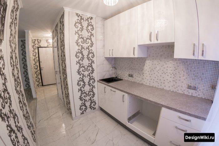 Плитка под мрамор на полу кухни и коридора