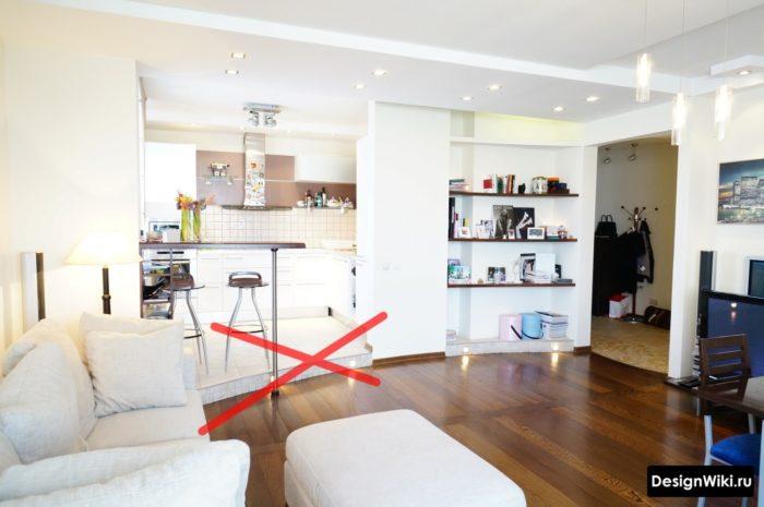 Подиум и ступенька на входе в кухню