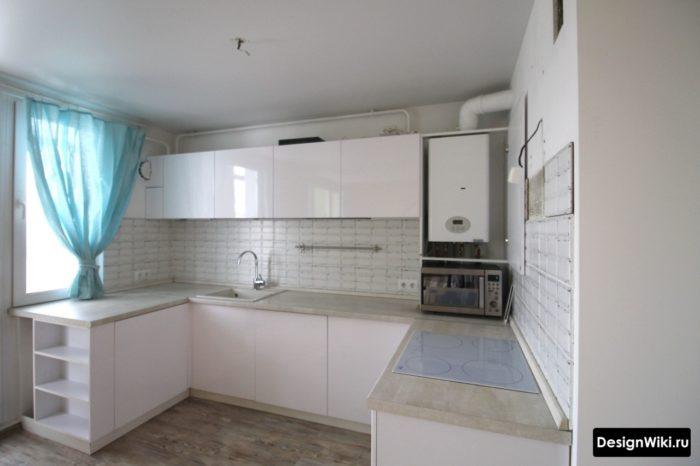 Пример белого кухонного гарнитура с местом для газовой колонки