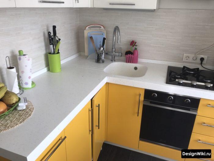 Распашные дверцы внизу на углу кухонного гарнитура