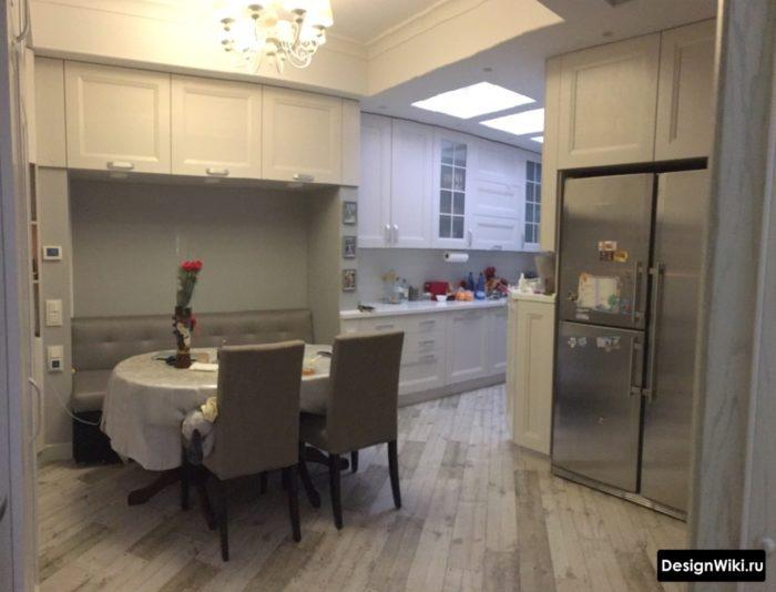Серый ламинат на полу в кухне-столовой