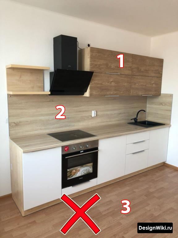 Сочетание дерева разного цвета в белой кухне