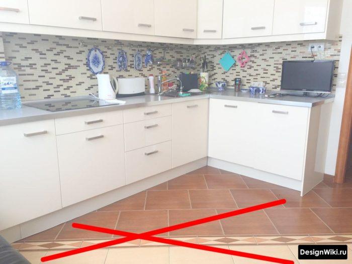 Сочетание разной плитки на полу кухни