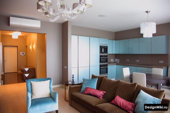 Сочетание синего и розового цвета в кухне-гостиной