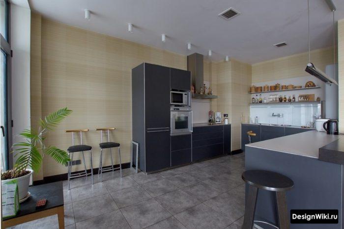 Тёмно-серая плитка под бетон на полу черной кухни