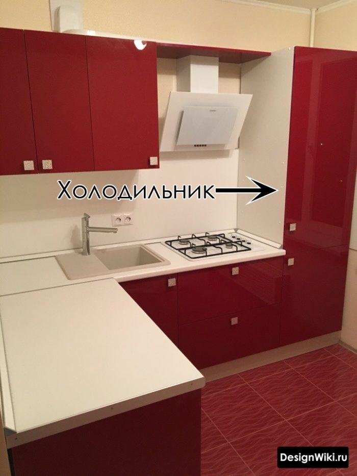 Угловой красно-белый кухонный гарнитур со встроенным холодильником