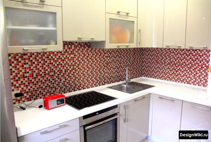 Фартук из красной мозаики в интерьере маленькой кухни