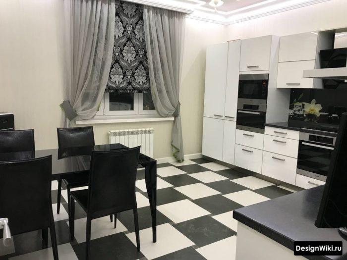 Шахматный черно-белый пол из плитки на кухне