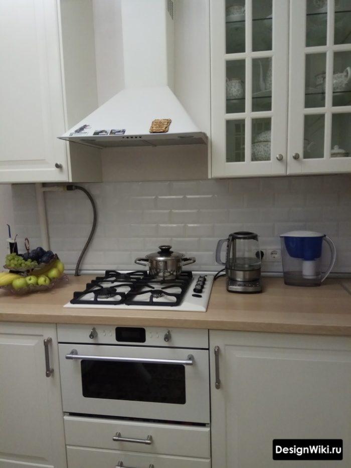 Бежевая скандинавская кухня с деревянной столешницей