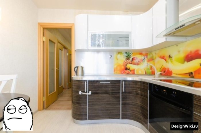 Бежевые одноцветные обои для кухня с ярким фартуком